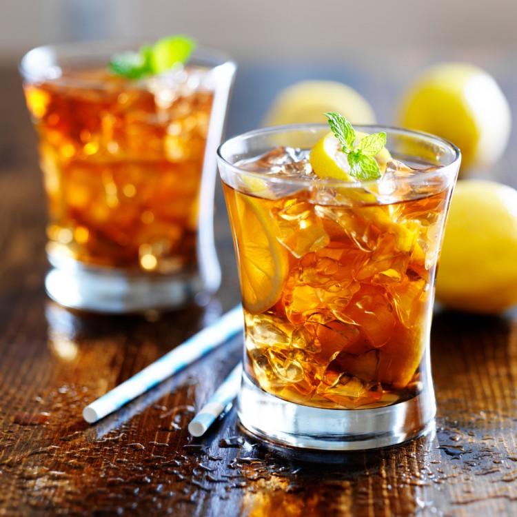 Iced tea and lemons on a table.
